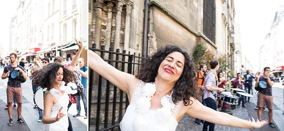 Mariée dansant devant une fanfare lors d'un mariage rue Saint-Denis à Paris