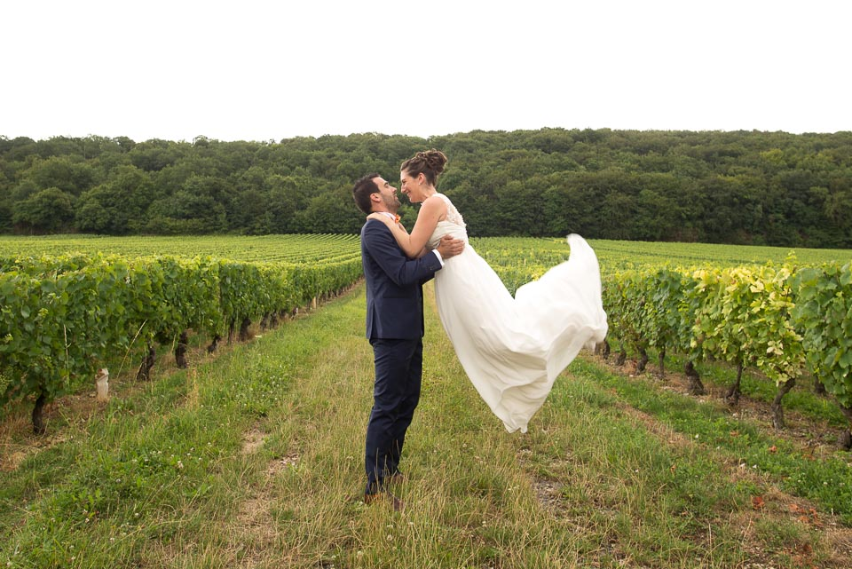 Couple de mariés dans les vignes en Bourgogne