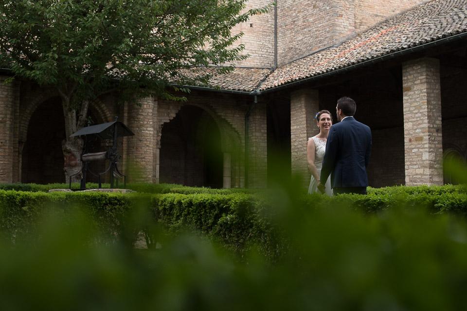 Mariés dans le cloître de l'abbaye de Tournus