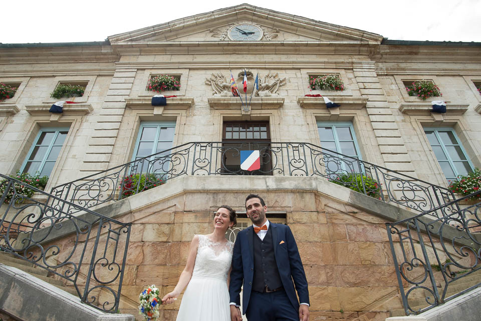 Mariage devant la mairie de Tournus en Bourgogne