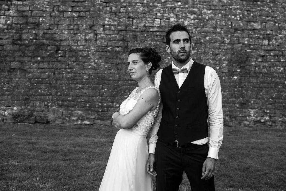 Portrait d'un couple de mariés en noir et blanc en Bourgogne