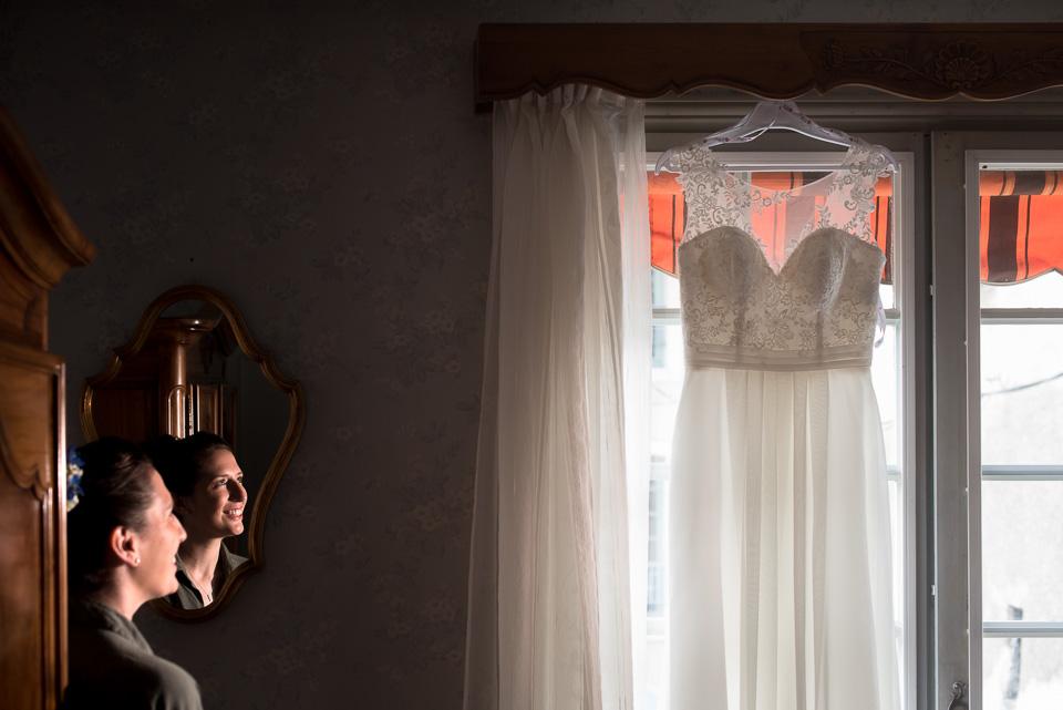 Mariée regardant sa robe
