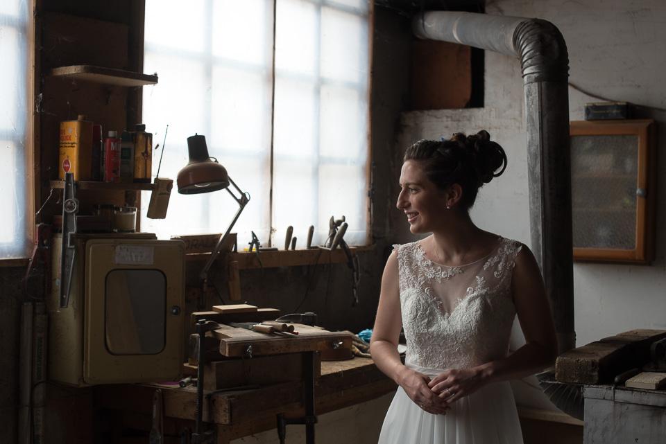 Portrait en clair obscur d'une mariée dans un atelier d'ébénisterie