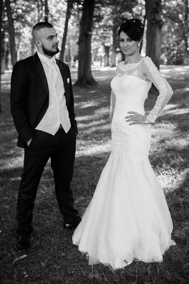 mariage-couple-parc-noir-blanc